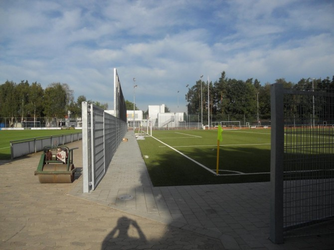 90% des Kunstrasenplatzes fertiggestellt